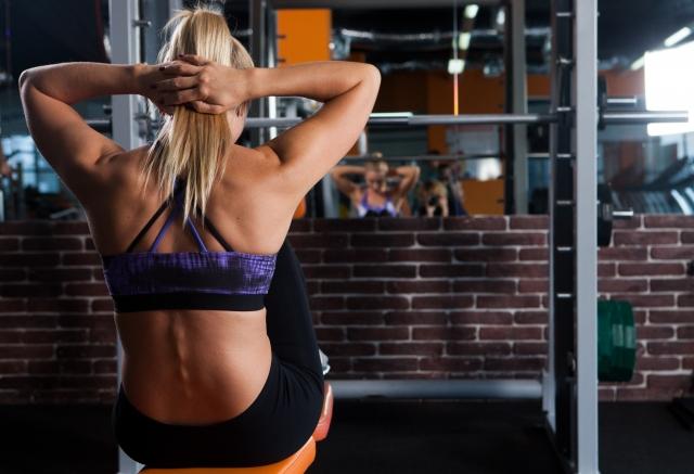 筋トレの分割法を取り入れて体を鍛える女性