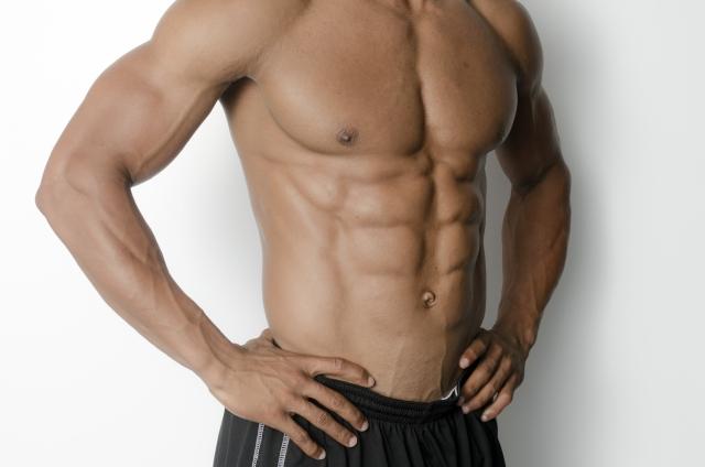 筋トレの腹筋を割る方法を試した男性