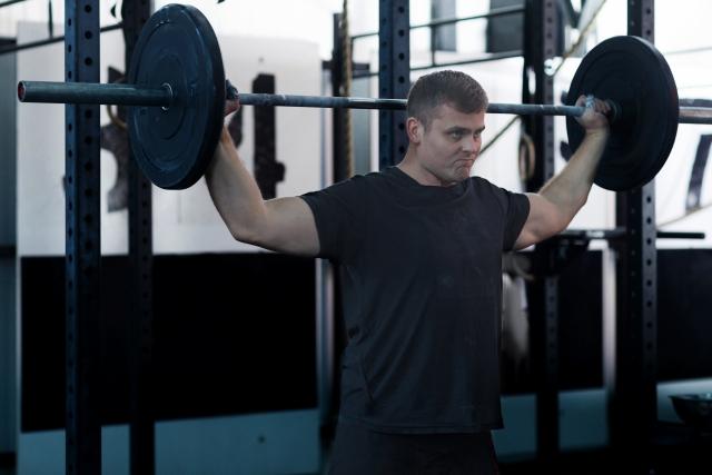 肩幅を広く見せる筋トレをする男性