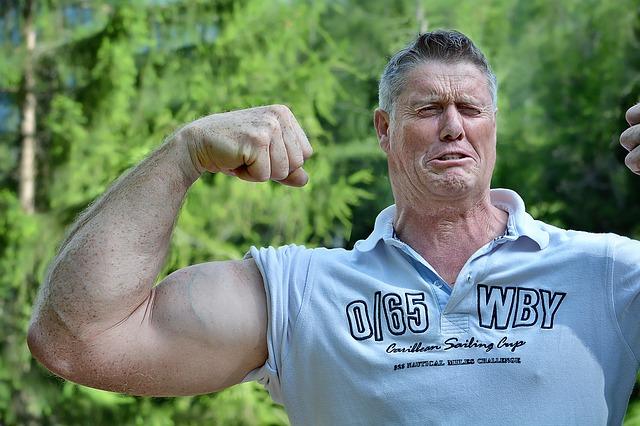 腕を太くするための筋トレをした男性