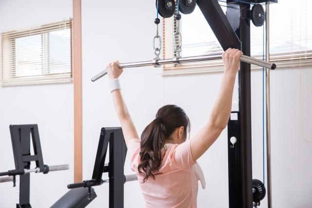 分割法で背中の筋トレをする女性