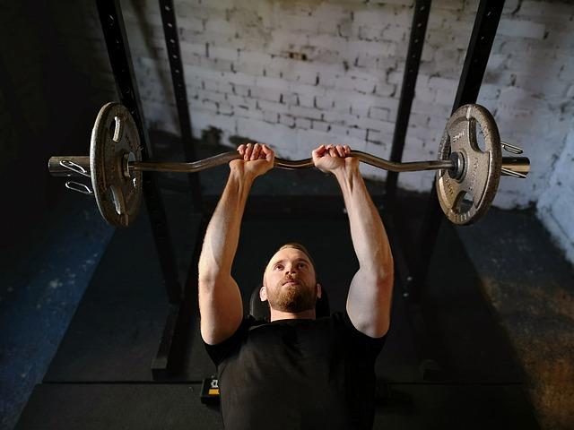 筋肉をつけるために筋トレをする男性