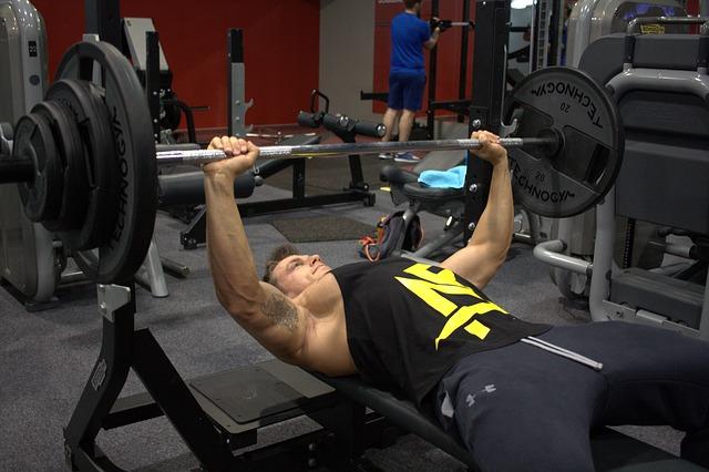 ベンチプレスの重量を伸ばすトレーニングをする男性