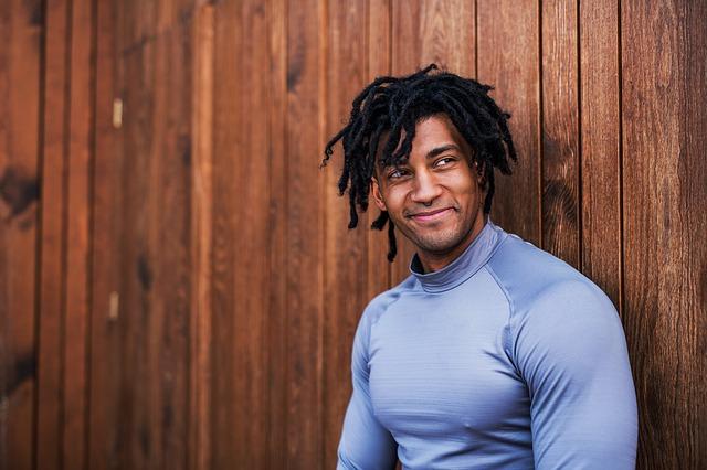 パーソナルトレーニングで体を鍛える男性