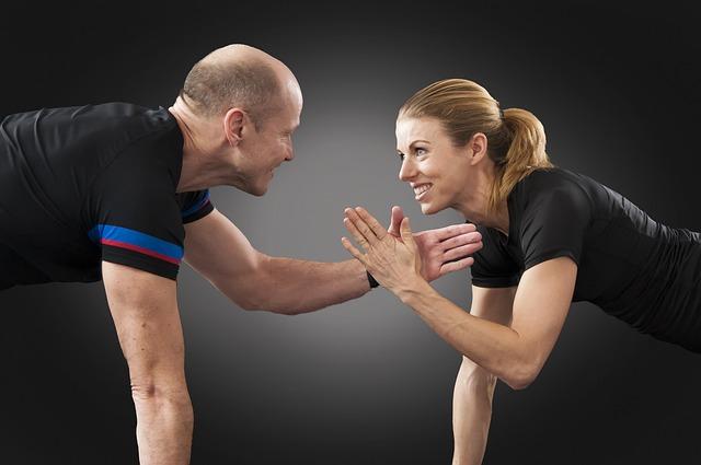 筋肉がつかない人を励ます男性