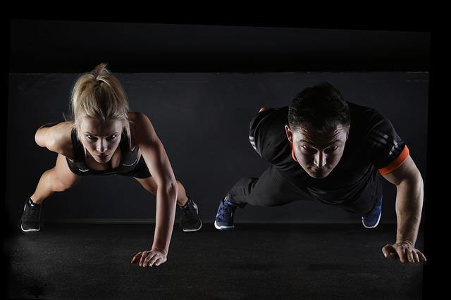 パーソナルトレーニングの効果を実感する男女