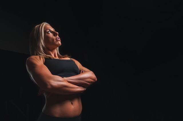 筋トレのアンチエイジング効果を考える女性