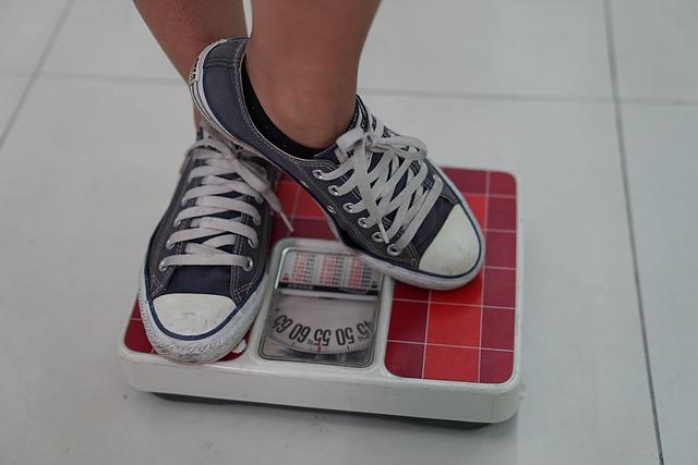 太ることを気にして体重を計る人