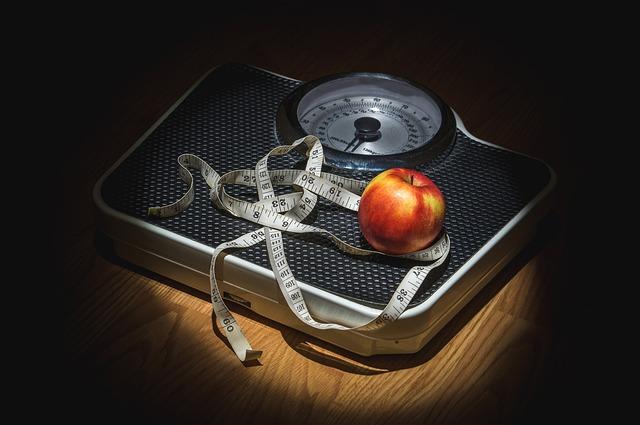 体重計とメジャーとリンゴ