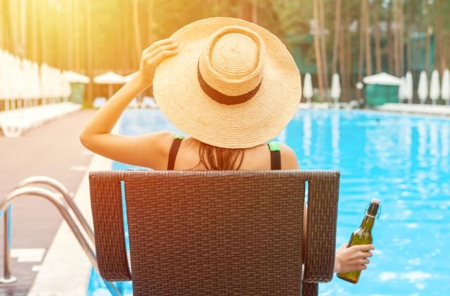 プールサイドでBCAAを飲む女性