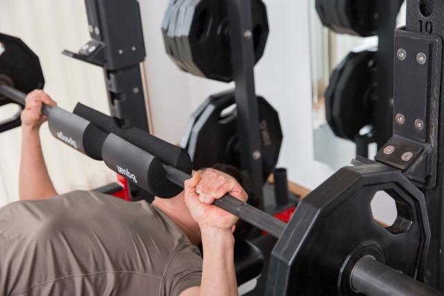 胸板を厚くするために大胸筋を鍛える男性