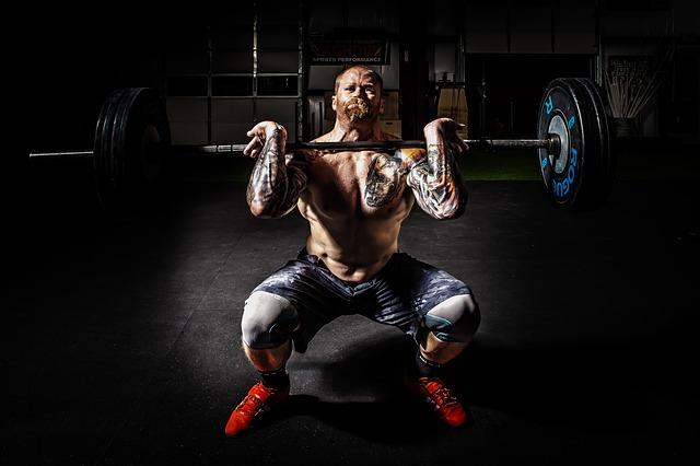 筋トレでHMBの効果を発揮させている男性