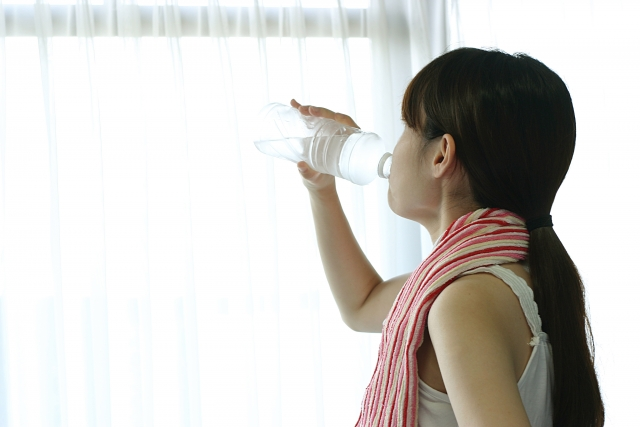 EAAを飲む女性
