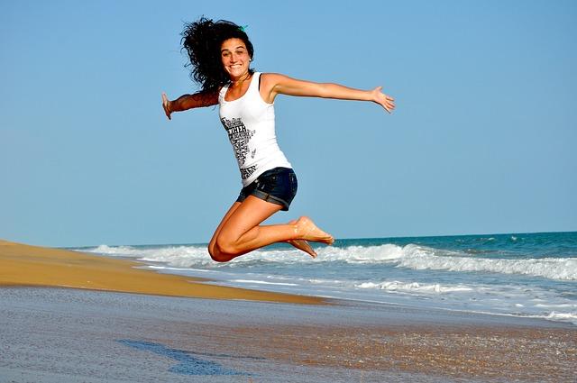 海辺で楽しんでいる女性