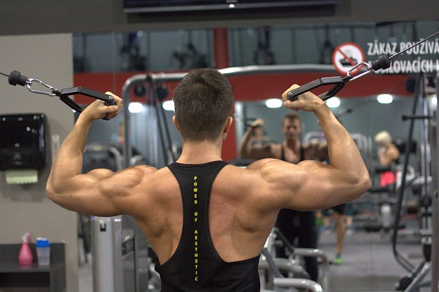 上腕二頭筋を鍛えている男性