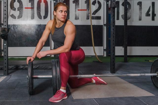 筋トレのトレーニングギアを使わない女性