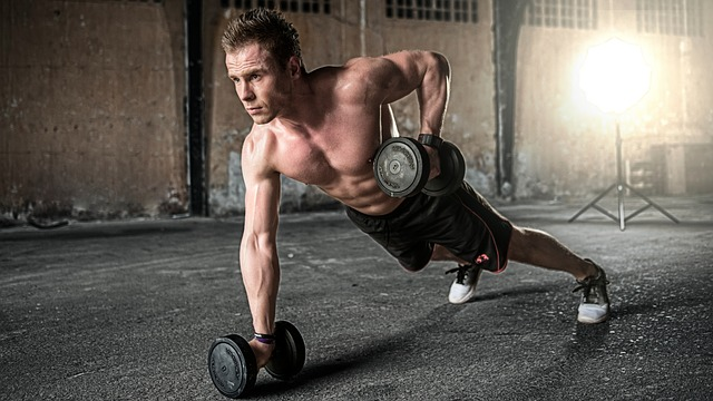 筋トレの分割法で胸の筋肉を鍛えている男性
