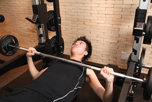 重量が伸びないことに悩む男性
