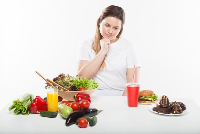 食事を我慢している女性