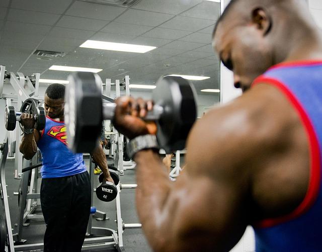 ダンベルで筋肉にストレスを与える男性