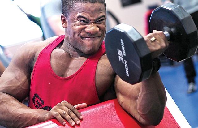 筋トレで筋肉を追い込む男性