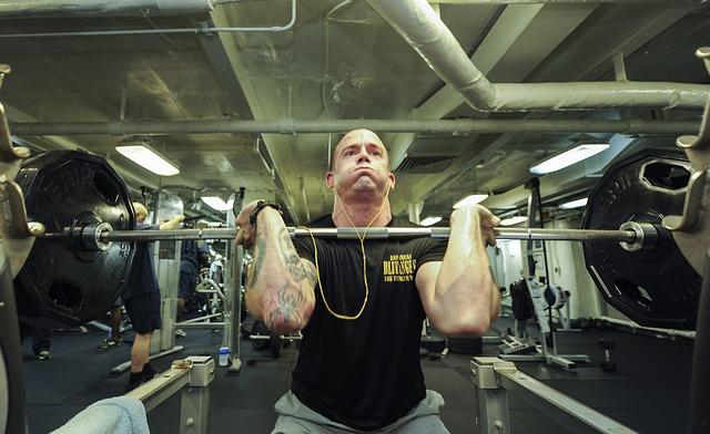 体を大きくするために筋トレをする男性