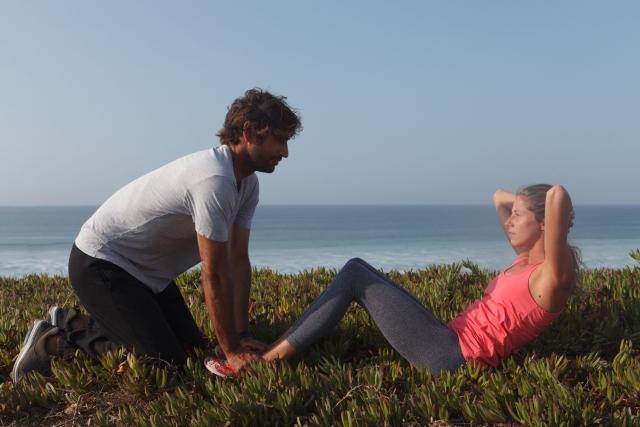 自重トレーニングで腹筋を鍛える女性