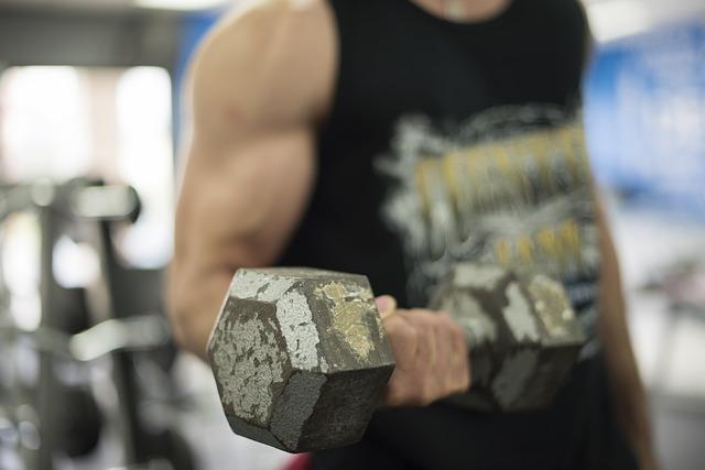 筋肥大に効果的なトレーニングをしている弾性