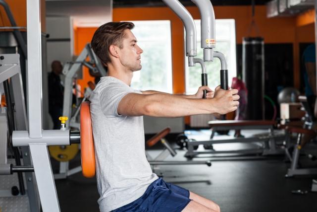 筋肉に効かせることを意識して筋トレする男性