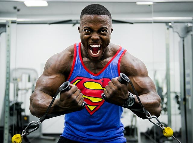 バルクアップ期で筋肉を大きくしている男性