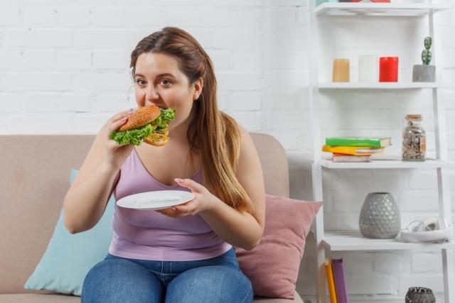 食べ過ぎが太る原因になった女性