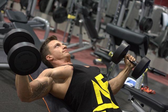 ダンベルで大胸筋を鍛えている男性