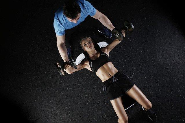 ダンベルで大胸筋を鍛える女性