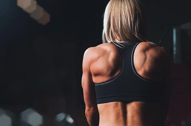 広背筋を鍛えている女性