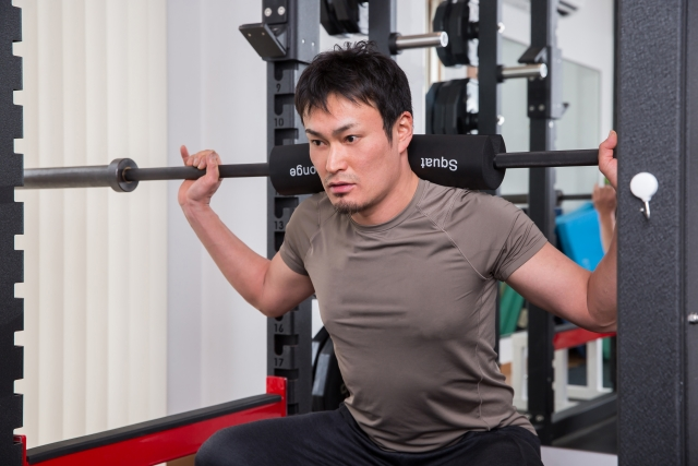 ホームジムで体を鍛える男性