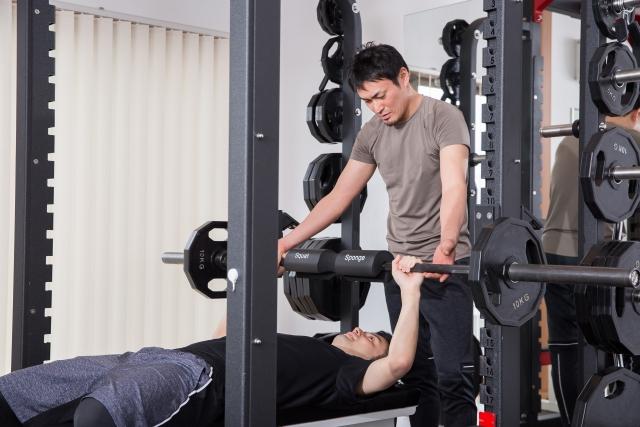 ベンチプレスの重量を伸ばす筋トレをする男性