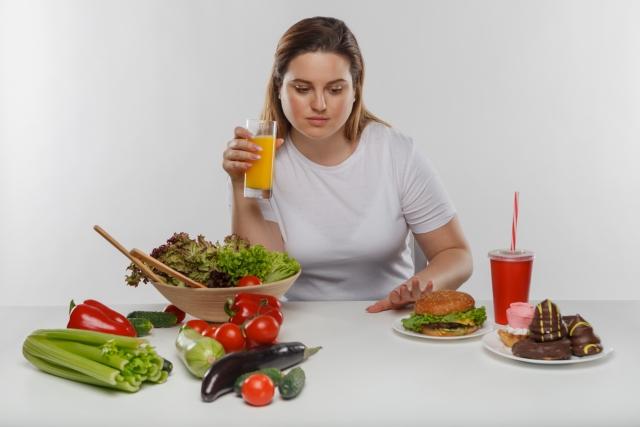 ダイエット成功のためにカロリーを気にする女性