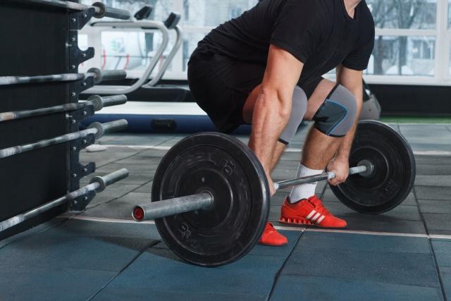 マンデルブロトレーニングで筋トレする男性