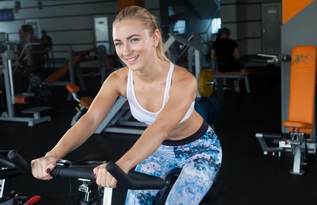 ダイエットのために有酸素運動をする女性