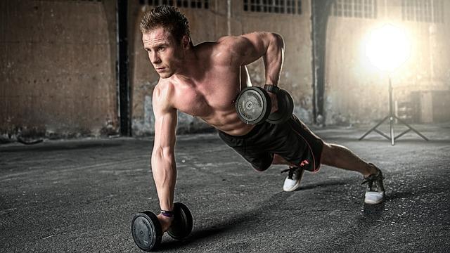 筋トレ効果の高まる時間帯に筋トレをする男性