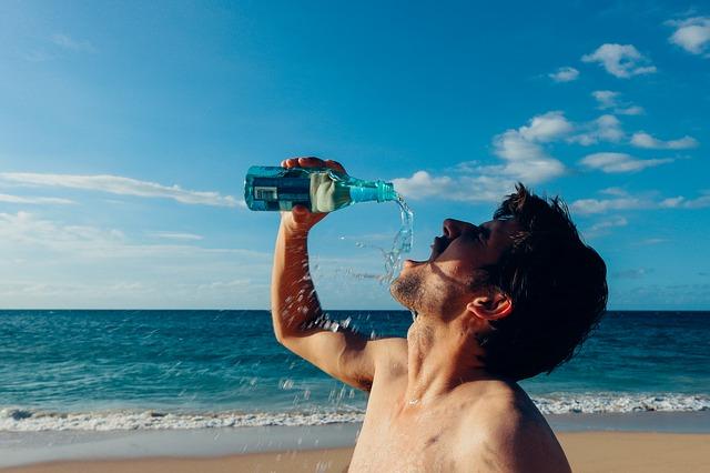 クレアチンの効率的な飲み方を試す男性